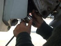 ボルボ290チルトシリンダーの油漏れの出張修理します
